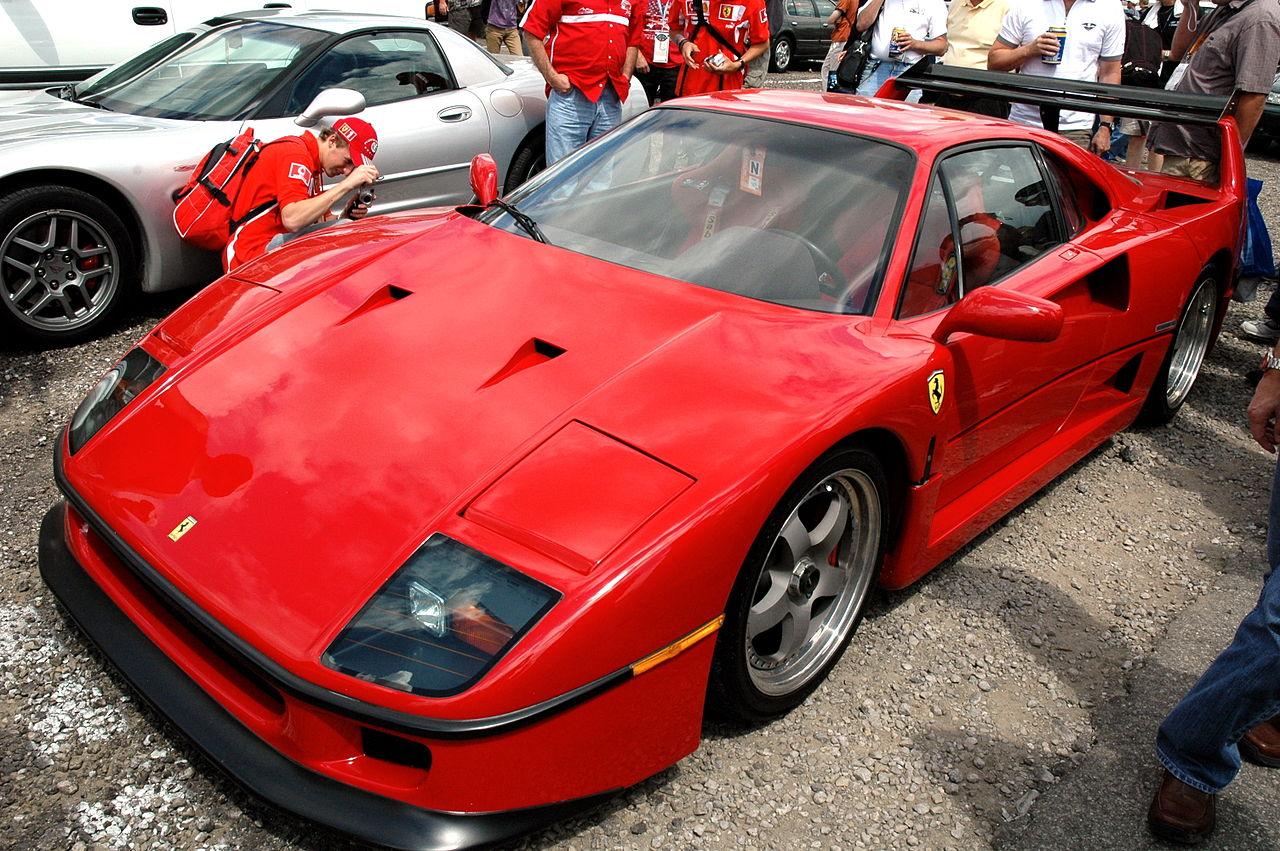Ferrari_F40_in_IMS_parking_lot